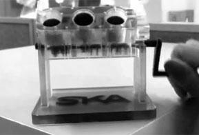 SKA imprime miniatura de motor V6 em impressora Stratasys