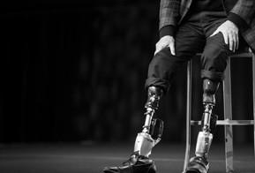 Alpinista e biofísico do MIT cria próprias próteses e volta a escalar