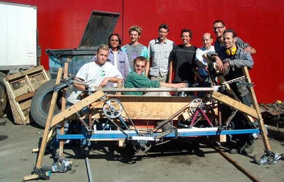 A primeira Spider construída para a competição VJYW e a equipe responsável pela sua criação e construção  que não teve tempo para cuidar a estética da máquina