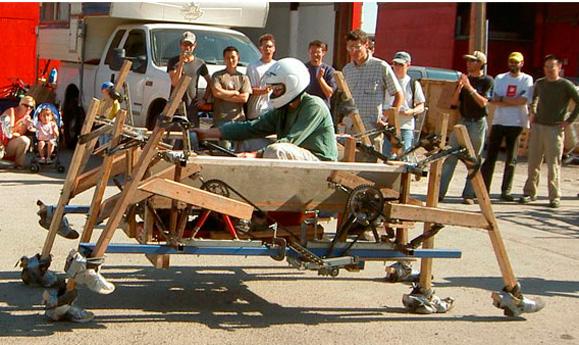 Primeira máquina de passeio em madeira com 8 bizarras pernas ligadas por seis barra inaugurou a era das Spiders
