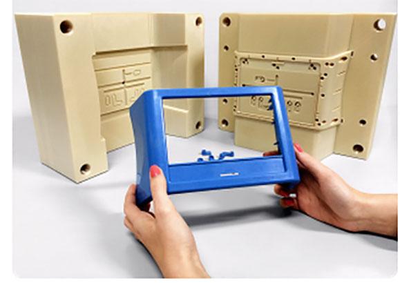 Molde criado na impressora 3D da Stratasys e peça injetada no molde