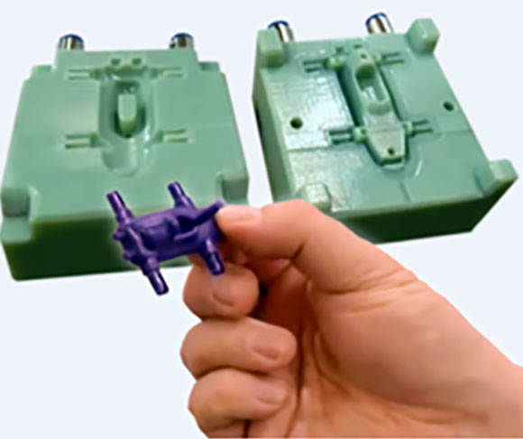 Molde produzido na impressora Stratasys e minicarro injetado na injetora de plastico da Babyplast