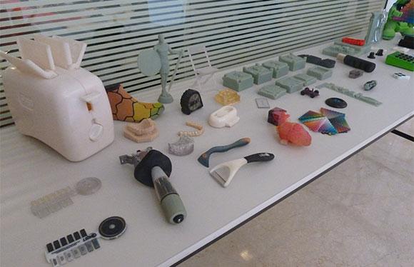 Peças e produtos produzidos com diferentes materiais desenvolvidos pela Stratasys