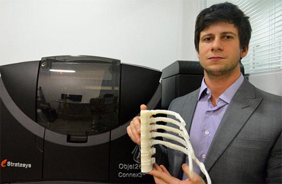 Felipe Marques, COO da BioArchitects, com um biomodelo  impresso em 3D (Foto: GWA)