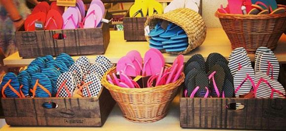 Lojas Havaianas mostram  grande variedade de modelos e cores das sandálias da marca