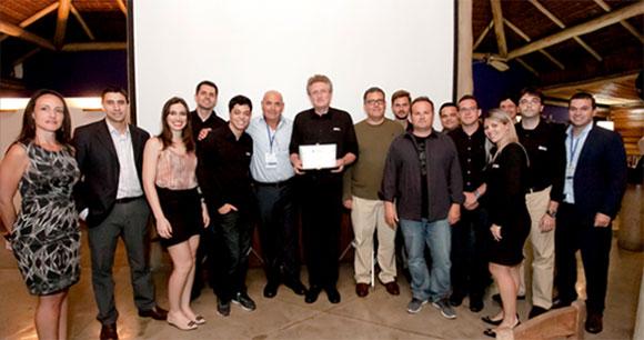 Equipe de funcionários  SKA comemora premiação concedida da Stratasys