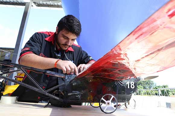 Estudante trabalha na construção de avião para competição da SAE em novembro